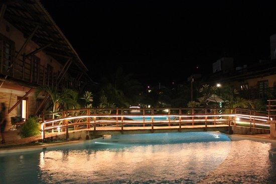 Praia Bonita Resort & Convention: Área da piscina a noite