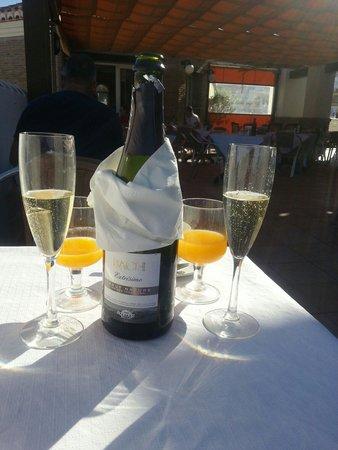 Hotel Almijara: champagne served at breakfast fior hubbys birthday