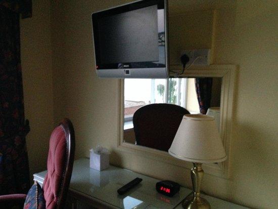 Corbyn Head Hotel: Bedroom / TV