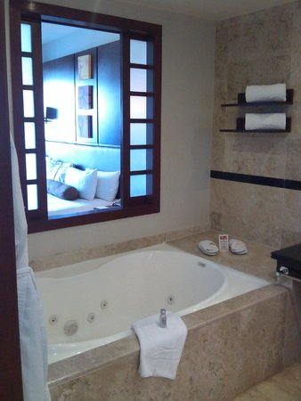 Platinum Yucatán Princess All Suites & Spa Resort: View From Bathroom to Suite NICE Jacuzzi Tub! Strong Jets!