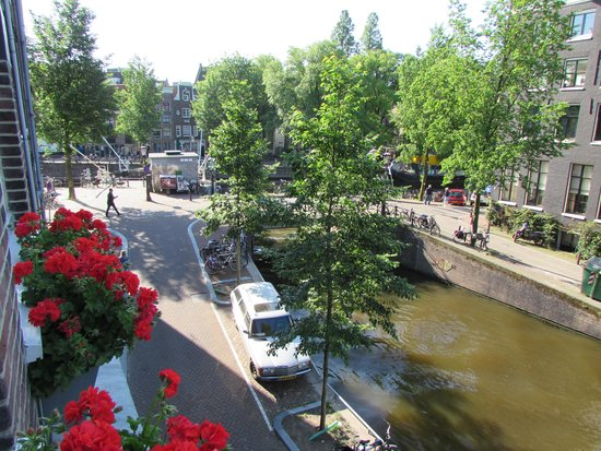 Amsterdam Bed and Breakfast: View from the common breakfast area -- a fabulous canal view can't be beat