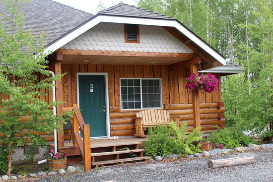 Denali Fireside Cabins & Suites: Front of our Cabin
