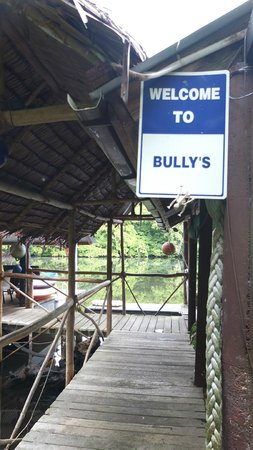 Pacific Treelodge Resort: Entrance to Bully's restaurant.