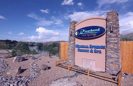 Riverbend Hot Springs: Riverbend by day