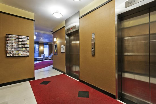 Comfort Hotel Downtown: Elevator Lobby-Lobby Level