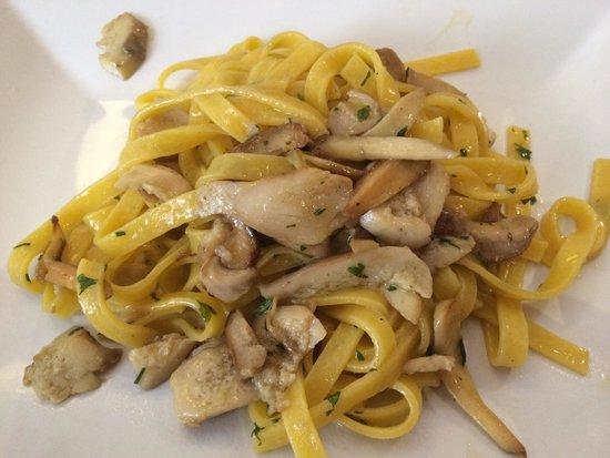 Trattoria Al Gran Sasso: На фотографии очевидны червивые грибы!