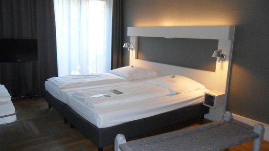 Hotel AMANO: cama doble en habitación triple