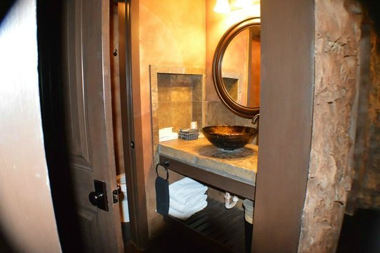Oak Crest Cottages and Treehouses: Bathroom