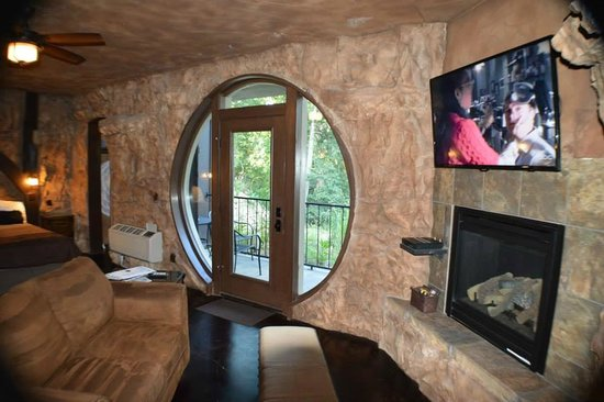 Oak Crest Cottages and Treehouses: Secluded Patio Door