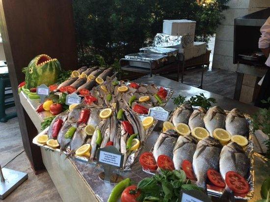 Gloria Serenity Resort : Fischbuffet an der Grillstation