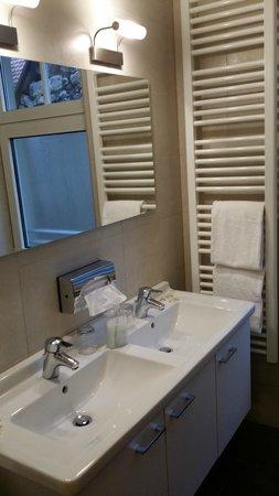 Hotel Rappen Rothenburg ob der Tauber : Baño renovado; muy espacioso.