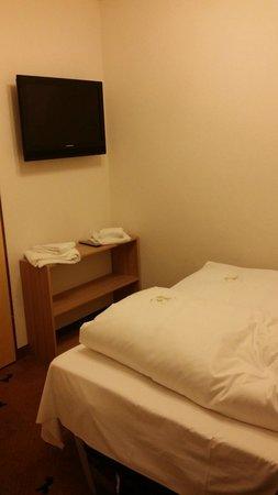Hotel Rappen Rothenburg ob der Tauber: Zona de paso entre habitación y baño.