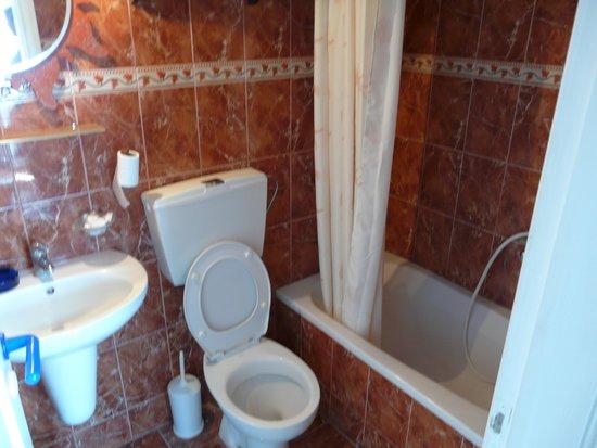 Porto Perissa Hotel: salle de bain