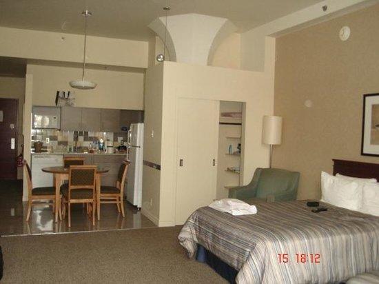 Le Square Phillips Hotel & Suites: Closet ao lado da cozinha