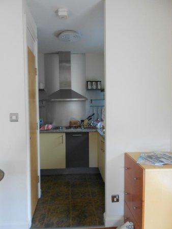 Holyrood apartHOTEL: Kitchen