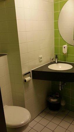 B&B Hotel Wuerzburg: El baño es muy pequeño pero tiene lo necesario.