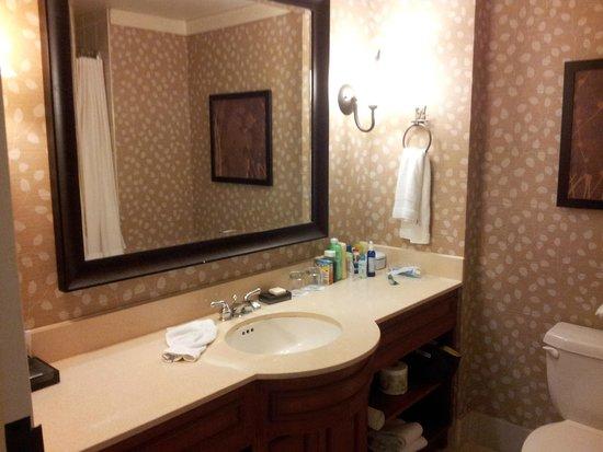 Fairmont Tremblant : bathroom with plenty of space