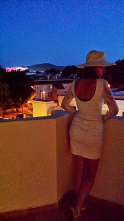 Hotel Can Bossa : Man kann David  Guetta vom Balkon hören ��