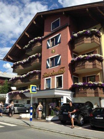 Hotel Sonnblick: Visão frontal do hotel.