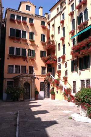Hotel Al Codega: View of the hotel as you enter the courtyard.