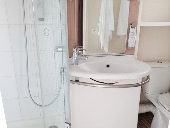 Ibis Tour Eiffel Cambronne: banheiro minúsculo, box apertadíssimo