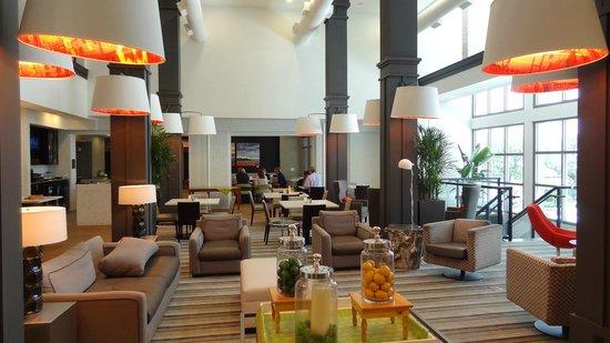 Hilton Garden Inn Charleston Waterfront/Downtown : The hotel lobby area