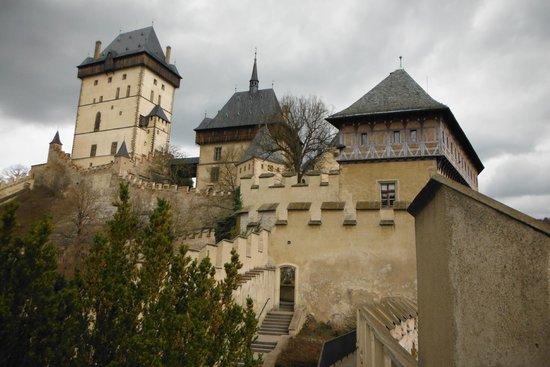 Karlstejn Castle: Vista do castelo na vila