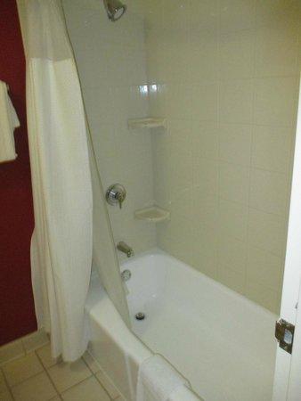 Courtyard Birmingham Homewood: clean bathroom