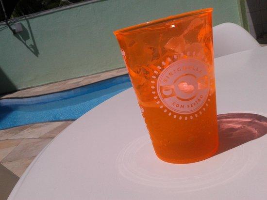 Hotel Sonho De Familia: Mesa ao lado da piscina!