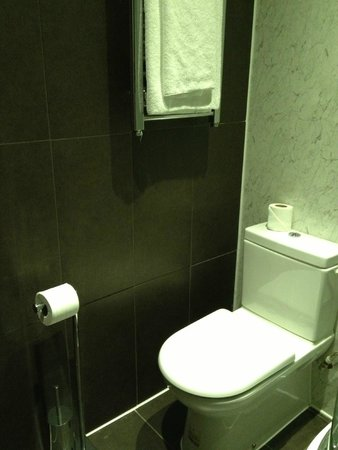Queens Park Hotel: bathroom cleaned daily