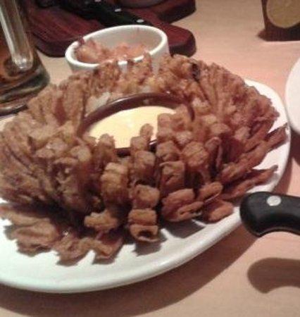 Outback Steakhouse: Cebolas empanadas crocantes, ótima pedida de entrada.
