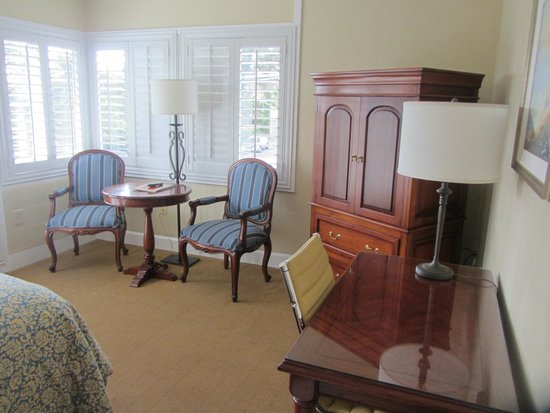 Normandy Inn: Sitting area and TV