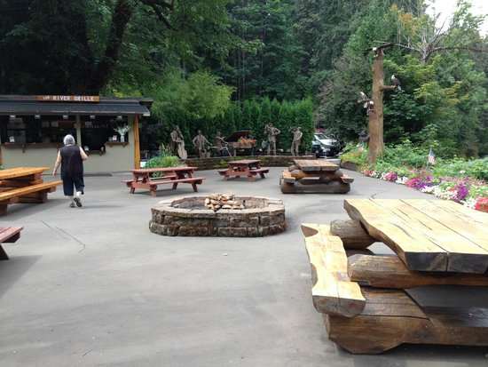 Belknap Hot Springs Lodge and Gardens: Grill on the left and seating with fire ring at night