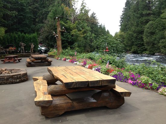 Belknap Hot Springs Lodge and Gardens: Tables by the river