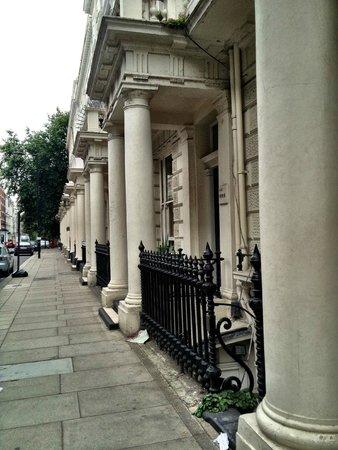 Queens Park Hotel: Walking toward the hotel: Queensborough Terrace