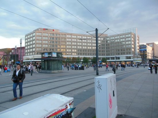 Karl-Marx-Allee: L'inizio di Karl Marx Alle da Alexanderplatz
