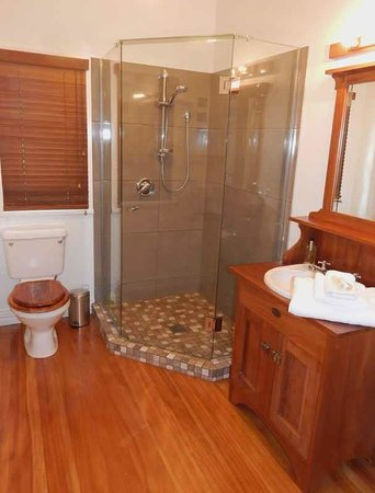 Lupton Lodge: Red Room (Deluxe King) Ensuite Bathroom