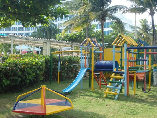 Hilton Cartagena : Kids playground behind the pool with water slide