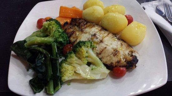 Pastelaria Casa Brasileira: Pesce spada, carote, broccoli e patate