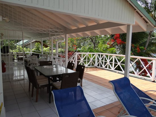 Marigot Beach Club and Dive Resort : outside eating area