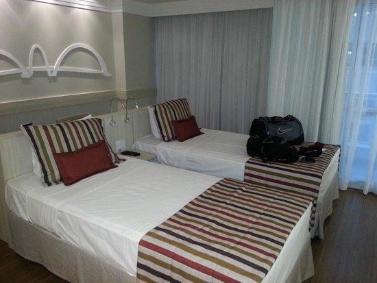 Mercure Apartments Brasilia Lider : camas com bancada atrás