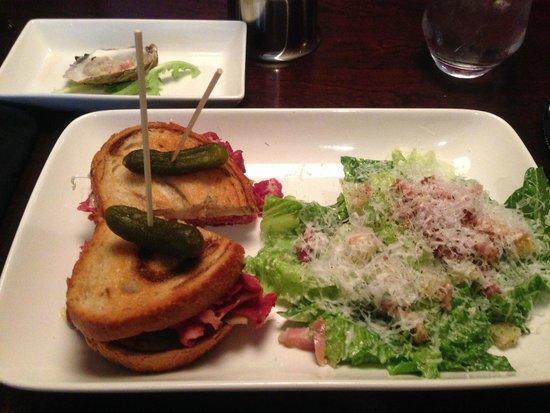 Sims Corner Steakhouse & Oyster Bar: スモークミートのサンドイッチ