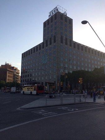 Catalonia Barcelona Plaza: Hotel at dusk