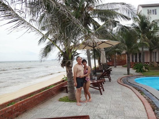 Mui Ne Paradise Beach Resort: My husband and I at the swimming pool