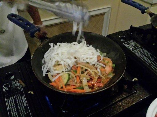 Renaissance Meadowlands Hotel: Chef Tony preparing my Chow Mein