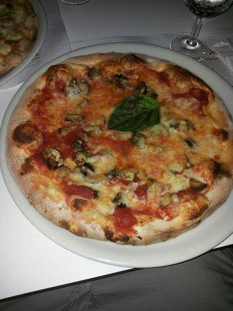 Artis Domus Relais: Pizza margherita con melanzane e funghi