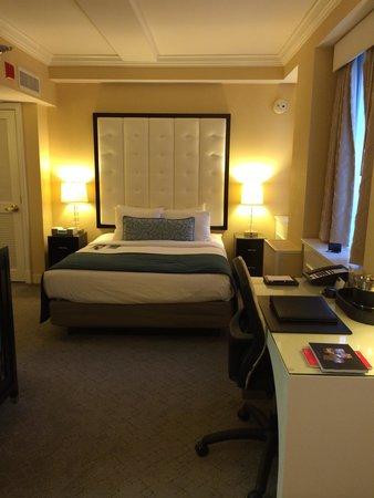 Warwick Allerton-Chicago: Corner room, very clean, no coffee pot