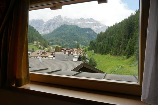 Giardin Boutique B&B : view towards Sella group from side window