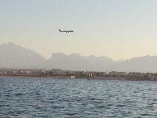 Steigenberger Al Dau Beach Hotel: Anflug Hurghada Airport vom Boot aus gesehen