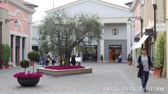 Castel Romano Designer Outlet: Ruas